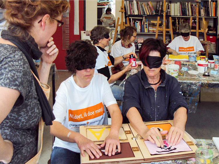 Blind schilderen tijdens NL Doet bij Studio Xplo in Tilburg