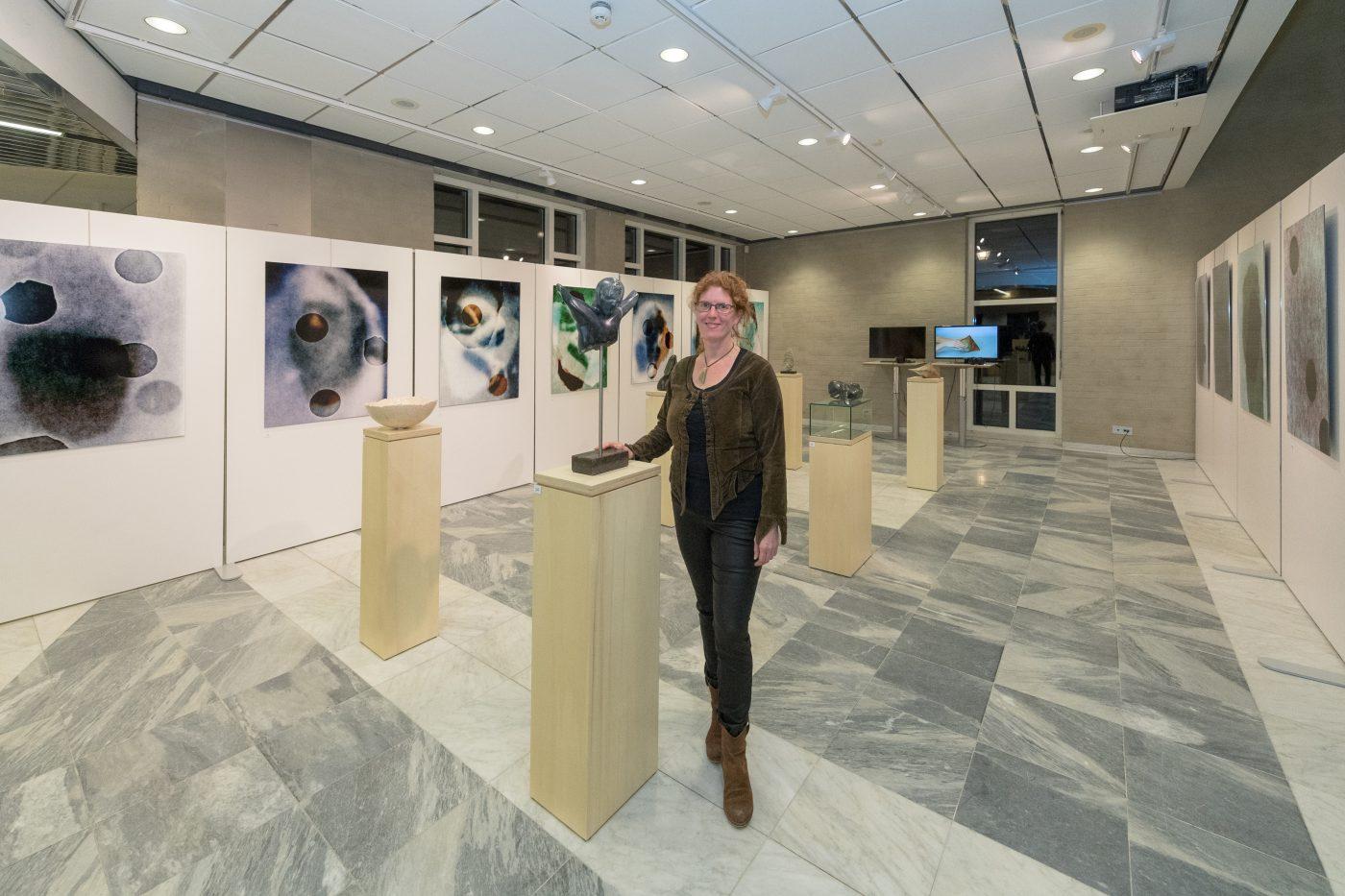 Jofke staat te midden van haar expositie in Goirle