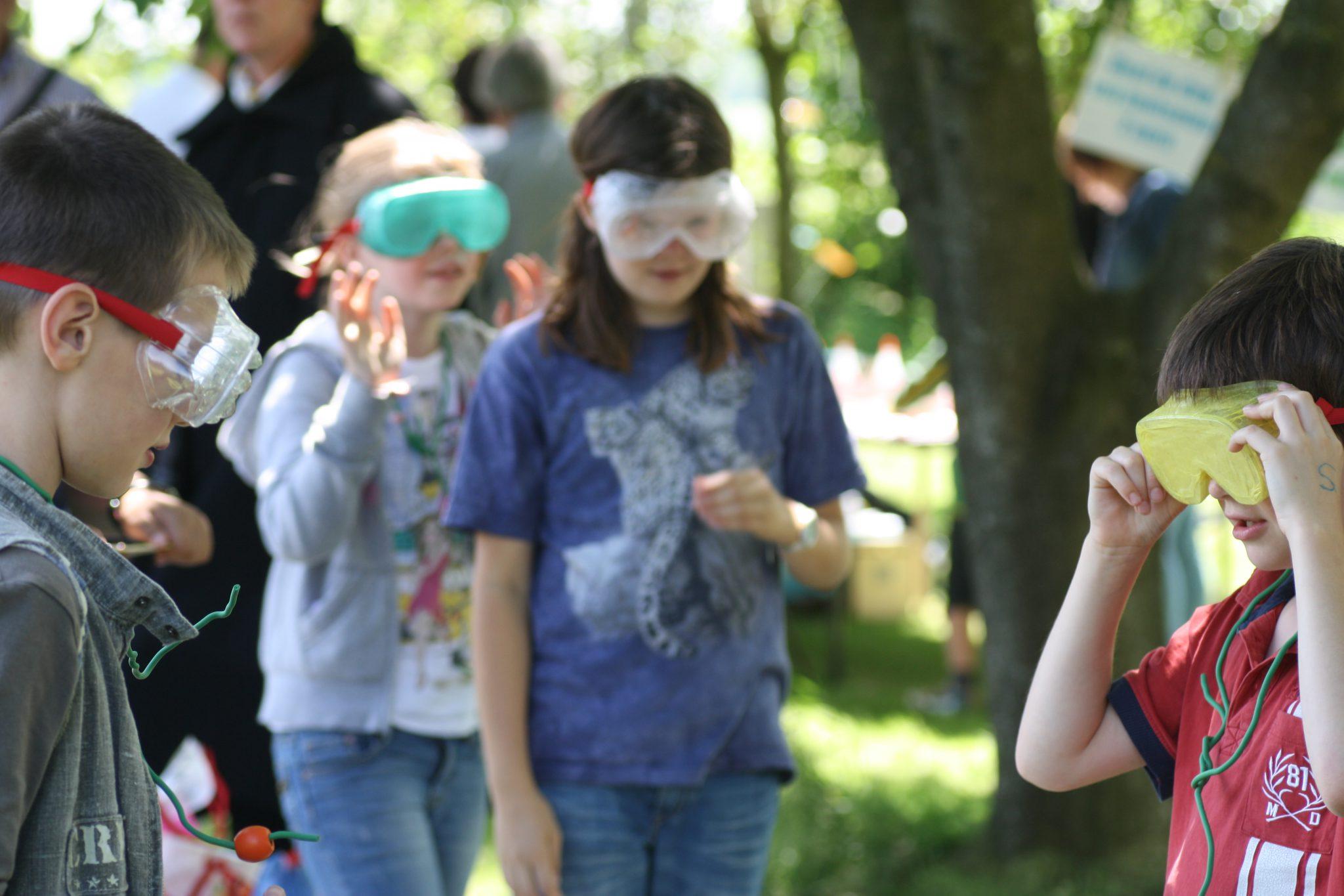 Kinderen spelen een spel met afgeplakte brillen op
