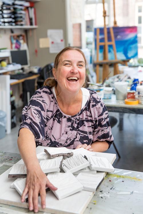 Blinde vrouw schildert met materialen bij Studio Xplo in Tilburg