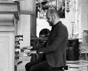 Joost van Beek speelt orgel tijdens opening expositie Jofke